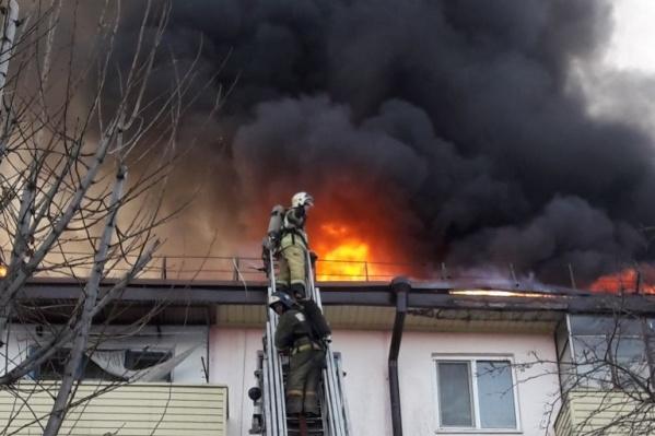 Сотрудники МЧС боролись с огнем около двух часов