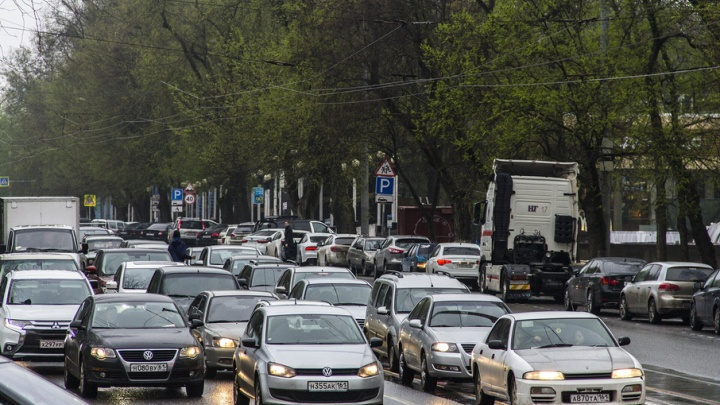 Пешком быстрее: рабочая неделя началась для ростовчан с пробок из-за дождя
