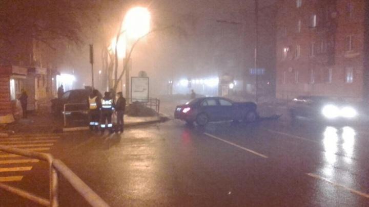 На Масленникова легковушка вылетела на тротуар после ДТП с «Мерседесом»