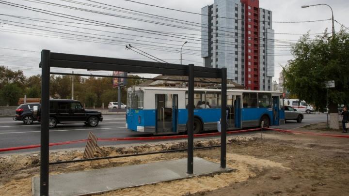 В центре Волгограда новые остановки «одевают» в стекло