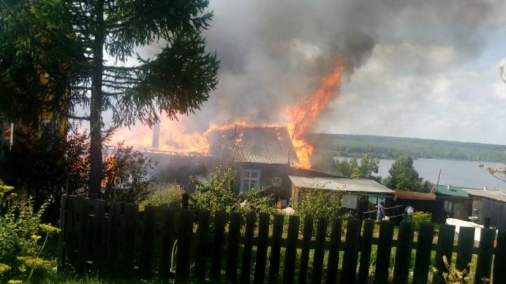 В Прикамье пожарные два часа тушили три полыхающих дома