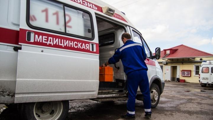 В Новочеркасске мужчина бросился с кулаками на водителя скорой в ответ на просьбу пропустить во двор к пациенту