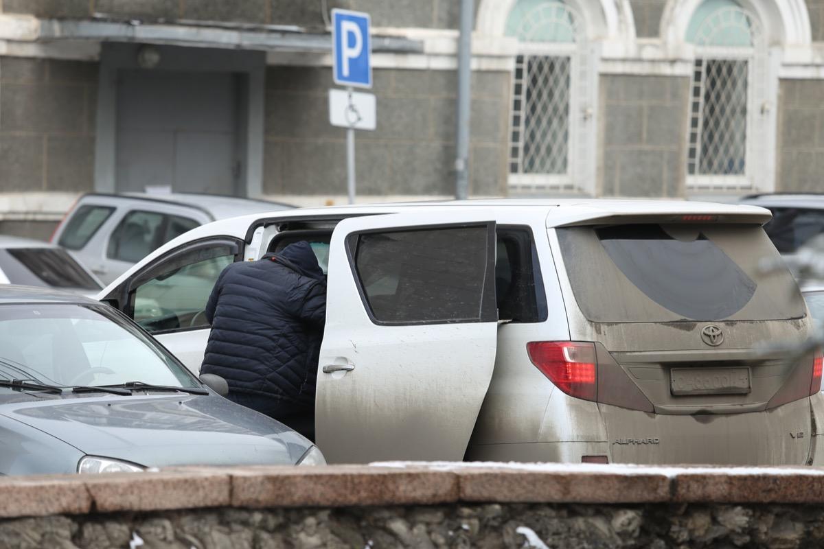 Осуждённый за махинации на сумму более 10 миллиардов рублей уехал из суда на микроавтобусе с номерами ООО