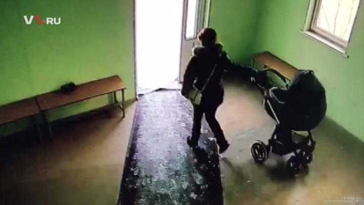В Волгограде поймали женщин, укравших из поликлиники детскую коляску