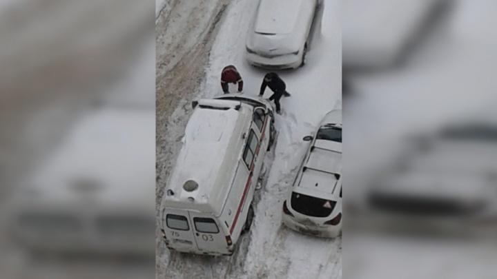 В Октябрьском районе врачи оказали «первую помощь» своей машине