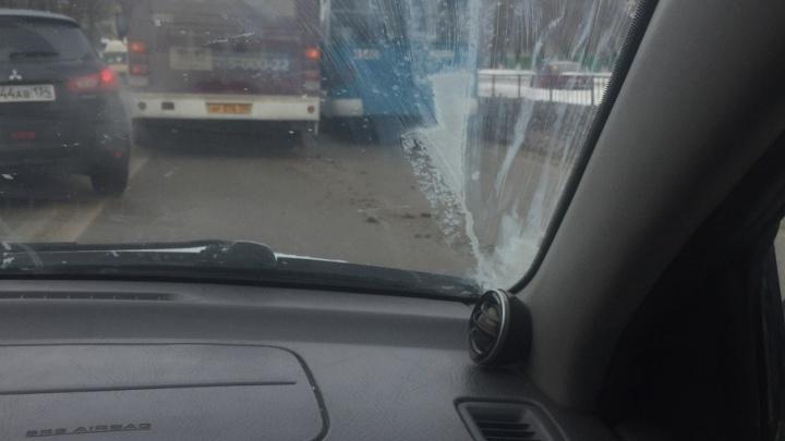 В Краснооктябрьском районе Волгограда автобус и троллейбус перекрыли дорогу