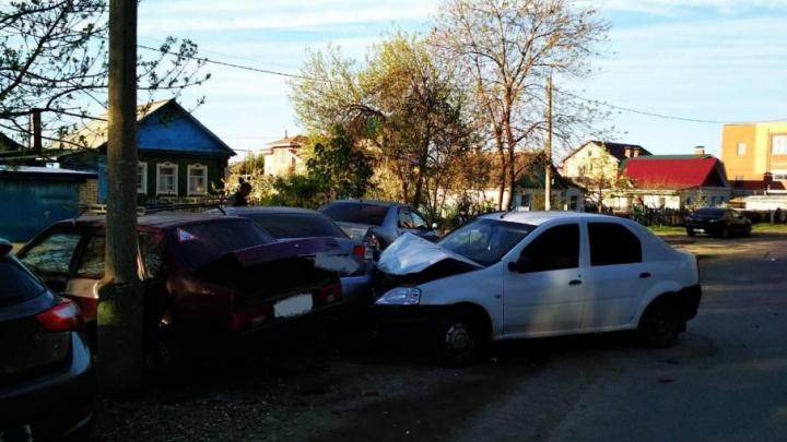 В Новокуйбышевске водитель Renault столкнулся с 4 припаркованными машинами