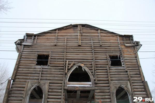 Здесь молились англичане, жили «ссыльные хохлы», был склад, автошкола и тир