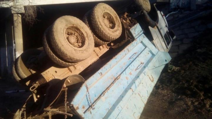 В Советском районе Волгограда старый грузовик рухнул с моста
