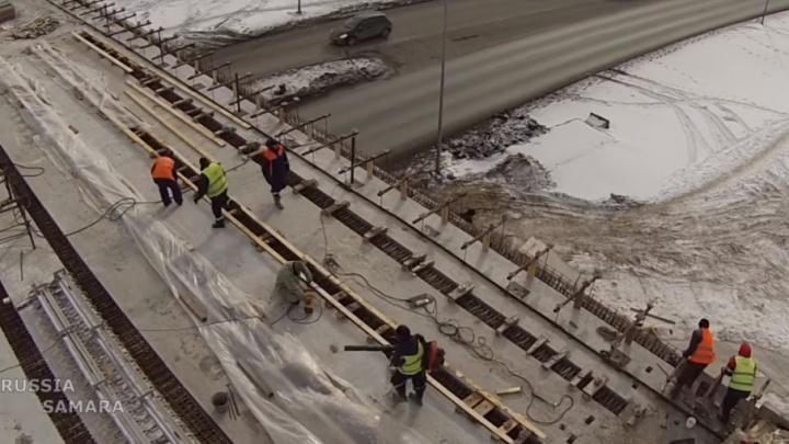 Рабочие построили «теплицы» для заливки бетона на Ташкентской