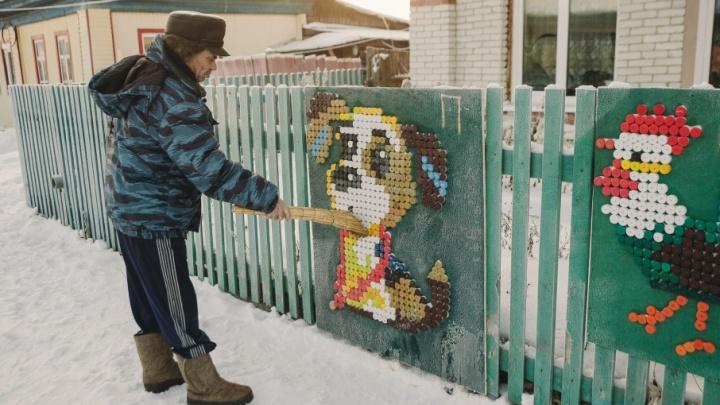 Тюменский пенсионер сделал панно из 8000 пластиковых крышечек