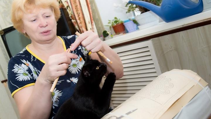 Любовь и голуби: термист из Челябинска плетёт кружева на коклюшках