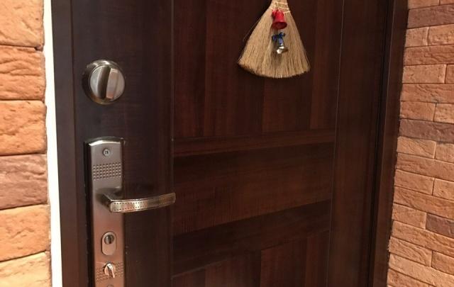 В Ярославской области воры выбили входную дверь квартиры и обокрали хозяйку