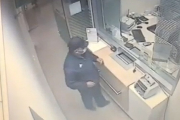 Мужчина попал на записи видеокамер