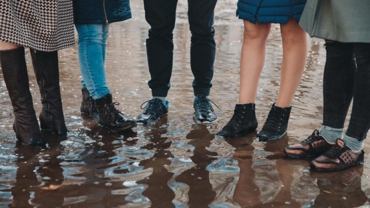 Резиновые сапоги vs кожаные: редакция 72.ru протестировала весеннюю обувь на тюменских лужах