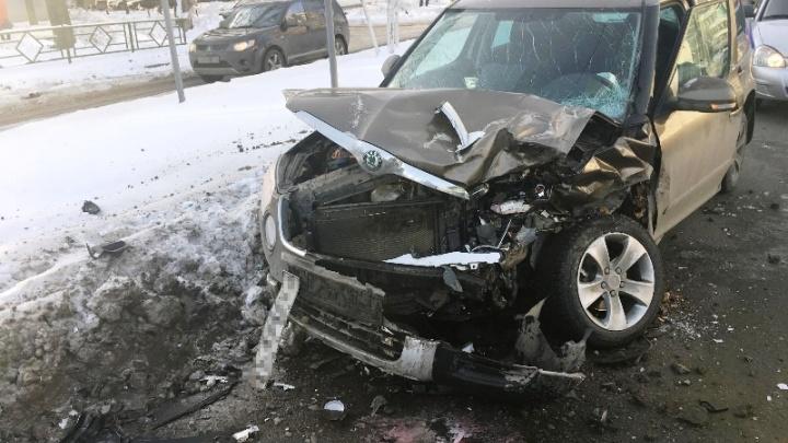 Лобовой удар: на Антонова-Овсеенко Land Cruiser пошел на таран со SKODA