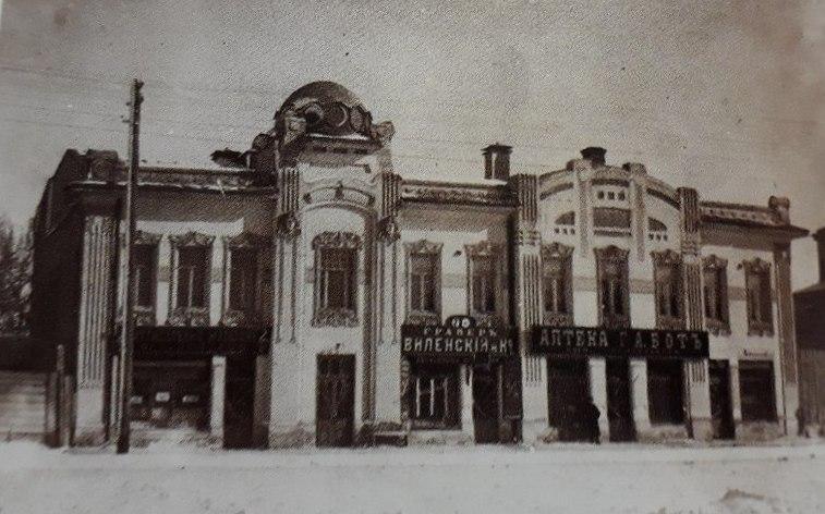 Головы на фасаде были и тогда, и сейчас, зато по этому фото видно, что здания разделялись, и уже позже их соединили в одно целое.