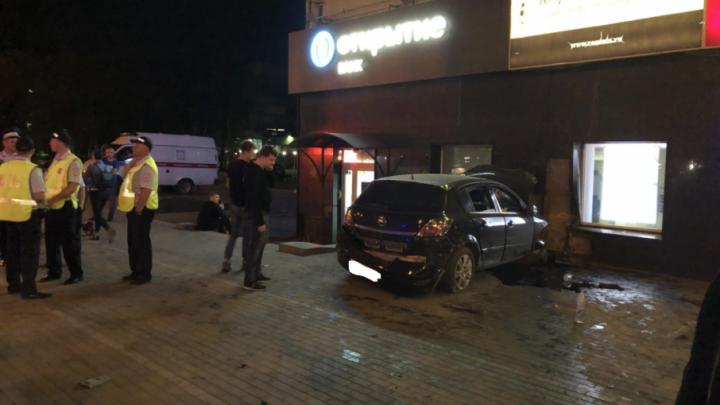 В Самаре водитель на иномарке врезался в ТЦ «Захар»