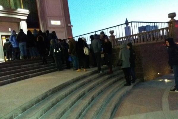 Такая очередь, по словам очевидцев, выстроилась перед ЗАГСом сегодня в семь утра