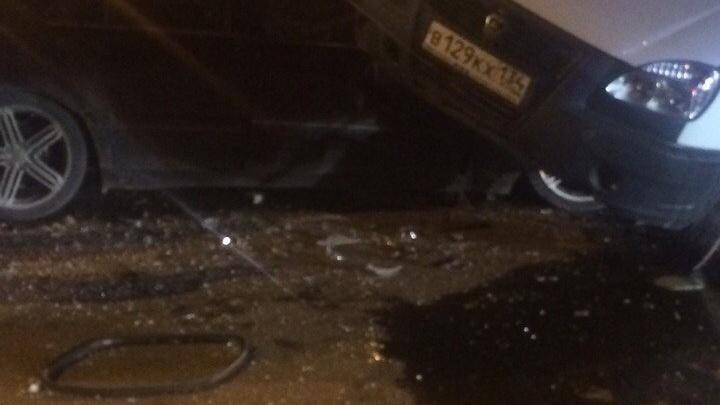 В Волгограде на Спартановке маршрутка «оседлала» Mercedes