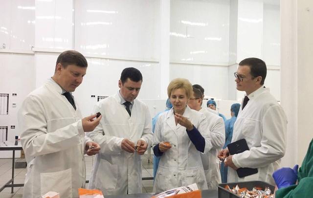 Губернатор научился делать конфеты на ярославской шоколадной фабрике: фоторепортаж