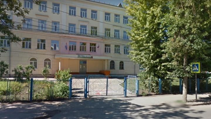 В Самаре школу №46 закрыли из-за треснувшего потолка