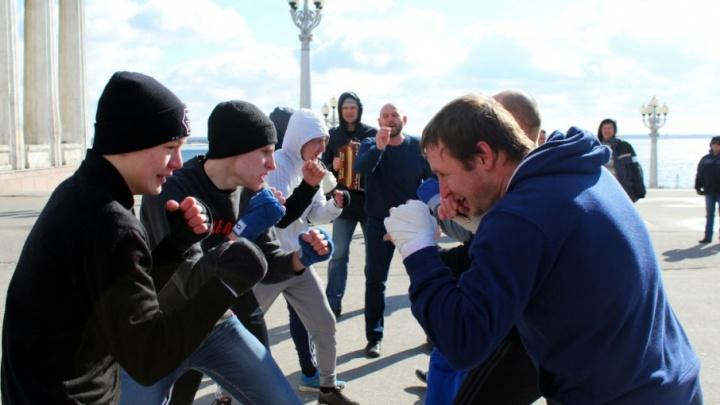 Блины, ходули и драка: волгоградцев зовут в Комсомольский сад на Масленицу