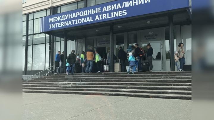Архангелогородцам пришлось несколько часов ждать вылета в Турцию на улице