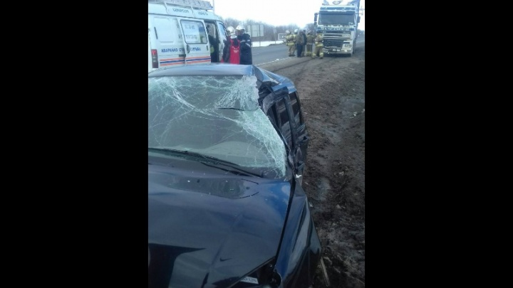На М-5 под Самарой в кабине легковушки зажало водителя
