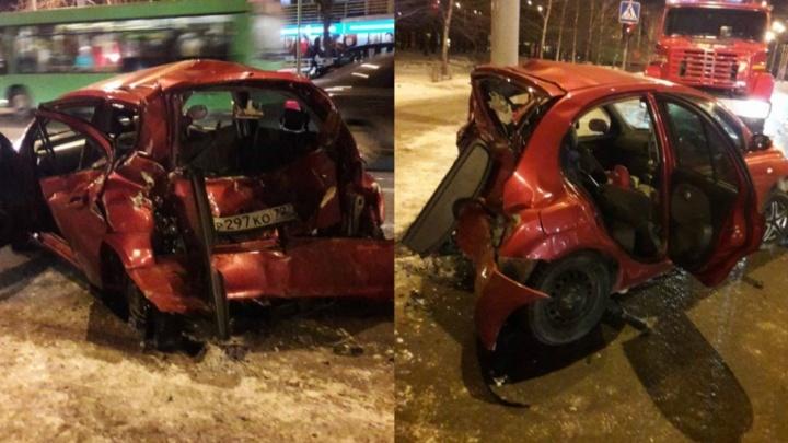 Тюменец попал в больницу из-за столкновения Nissan и микроавтобуса на Республики