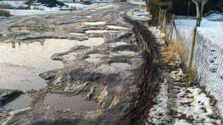 Ростовчане пожаловались на отсутствие фонарей и тротуара к детскому саду на Вертолетном поле