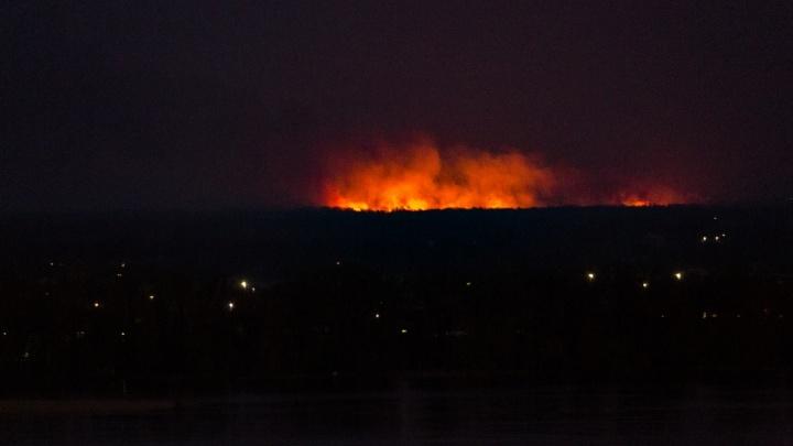 Под Волгоградом пожарные второй час тушат гигантский пожар