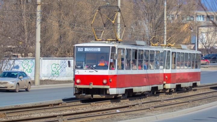 В Самаре на Ново-Садовой водитель КАМАЗа врезался в трамвай