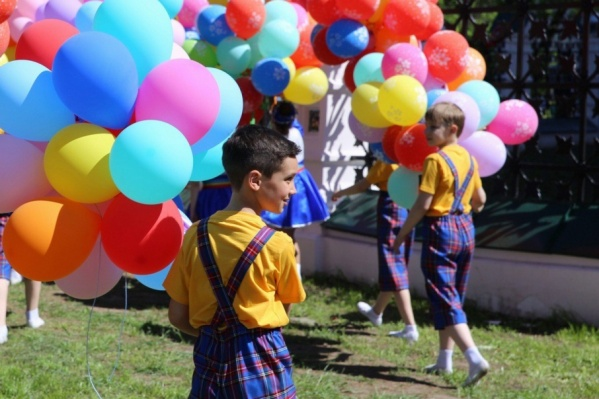 На центральной площади города станцевали дети