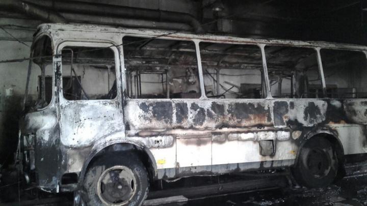 В архангельском гараже сгорел автобус