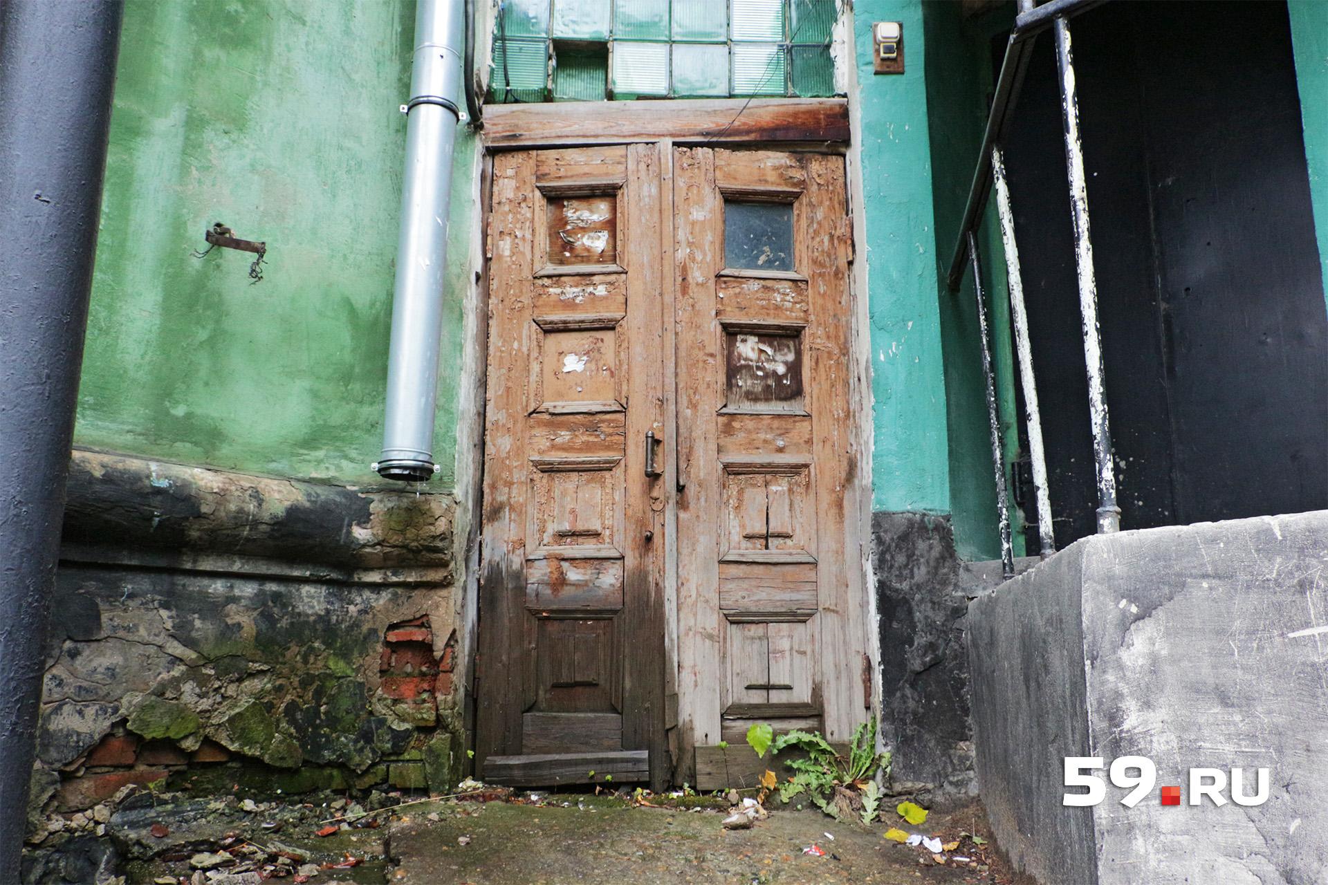 Похоже, что двери не менялись с 1930-х годов