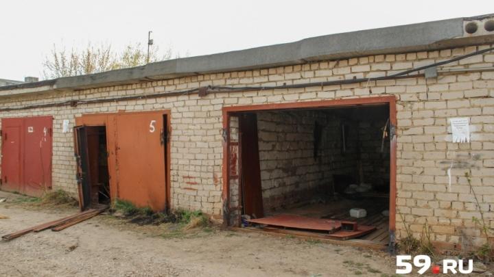 На улице Чердынской в Перми начали снос гаражей. Их владельцы считают, что это незаконно