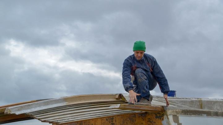 Волгоградец строит корабль-ковчег, чтобы уплыть от коммунальных грабежей