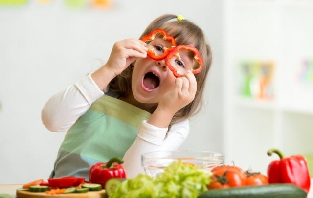 Чем полезны салаты для детей?