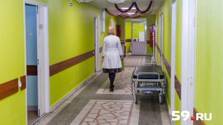 «Перелили два литра крови»: врачи рассказали о состоянии стюардессы, которую сняли с рейса в Перми