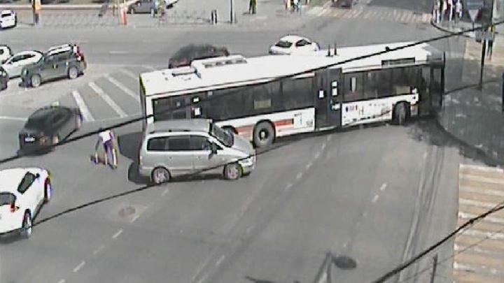 Пробка на Компросе и Луначарского: в центре Перми столкнулись автобус и легковой автомобиль
