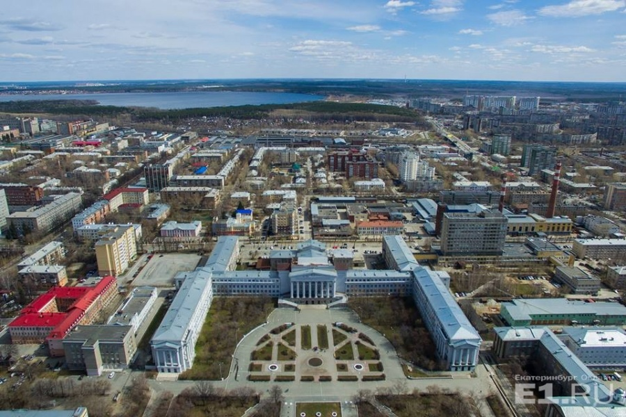 С высоты птичьего полёта видно и огромный корпус, и площадь Кирова, и всю округу.