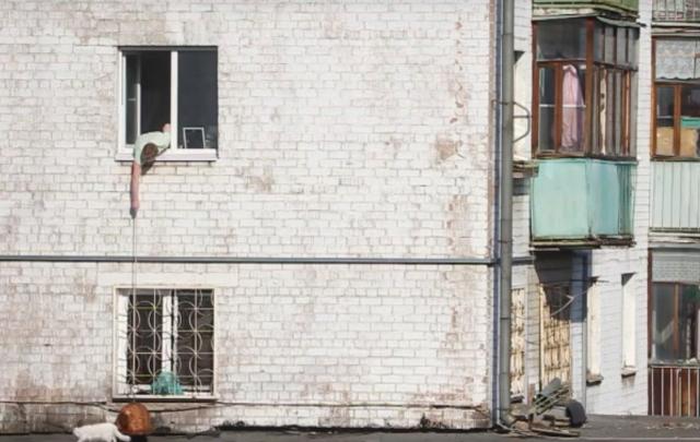 Рыбалка на кота: ярославец вылавливает с балкона своего любимца