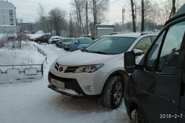 Зимой ярославские водители придумывают новые правила парковки