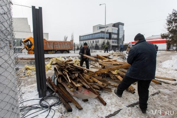 Рабочие спешат с разбором завалов из-за открытия детско-юношеского центра