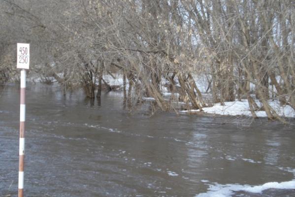 Река Большой Иргиз в прошлом году затопила мост