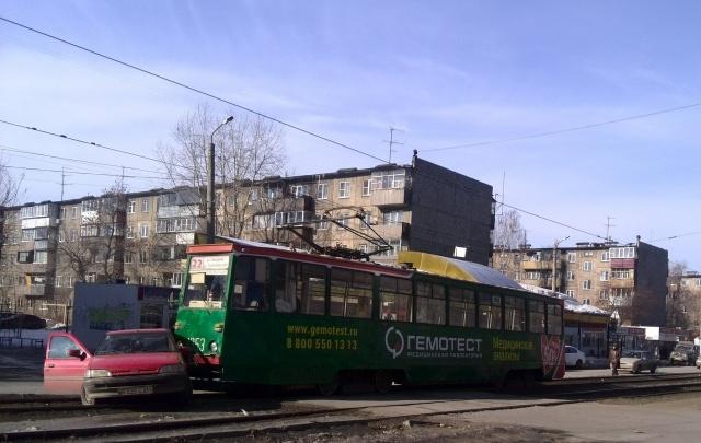 В Челябинске трамвай протаранил автомобиль с зарубежными номерами