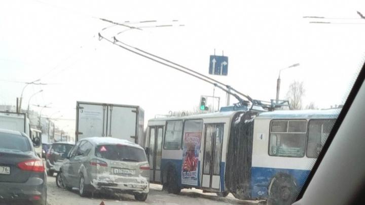 В Ярославле троллейбус влетел в грузовик