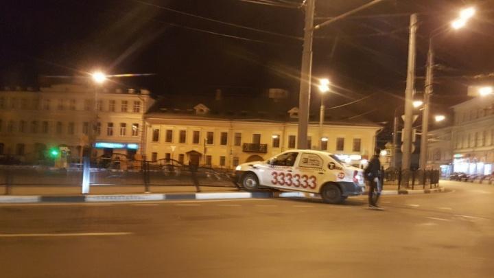 На Богоявленской площади машина такси снесла новый позолоченный забор