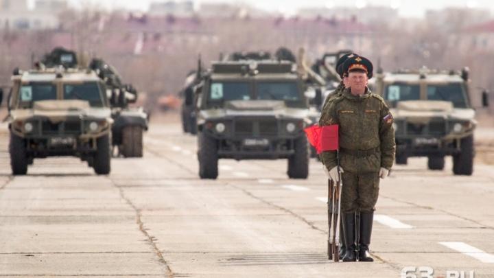 «Спину и дистанцию — держать!»: на Кряжу военные репетировали парадный марш